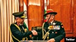 جنرل بپن راوت فوج کی کمان بھارت کے نئے آرمی چیف جنرل منوج موکنڈ نراوانے کے سپرد کر رہے ہیں۔