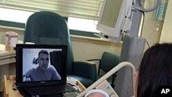 美军士兵透过网络视讯与妻儿见面
