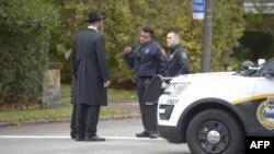 La police parle à des membres de la communauté après une fusillade à la synagogue Tree of Life à Squirrel Hill, en Pennsylvanie, le 27 octobre 2018.