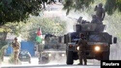 Pasukan keamanan Afghanistan menembakkan senapan mesin ke arah para penyerang bersenjata di Jalalabad, Afghanistan, 18 September 2019.