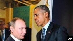 El presidente ruso Vladimir Putin, a la izquierda, y el presidente Barack Obama saludan en la Conferencia sobre Cambio Climático en París. Nov. 30, 2015.