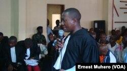 Maître Charles Cicura plaide pour les 48 victimes de viol à Kavumu, en RDC, le 10 novembre 2017. (VOA/Ernest Muhero)