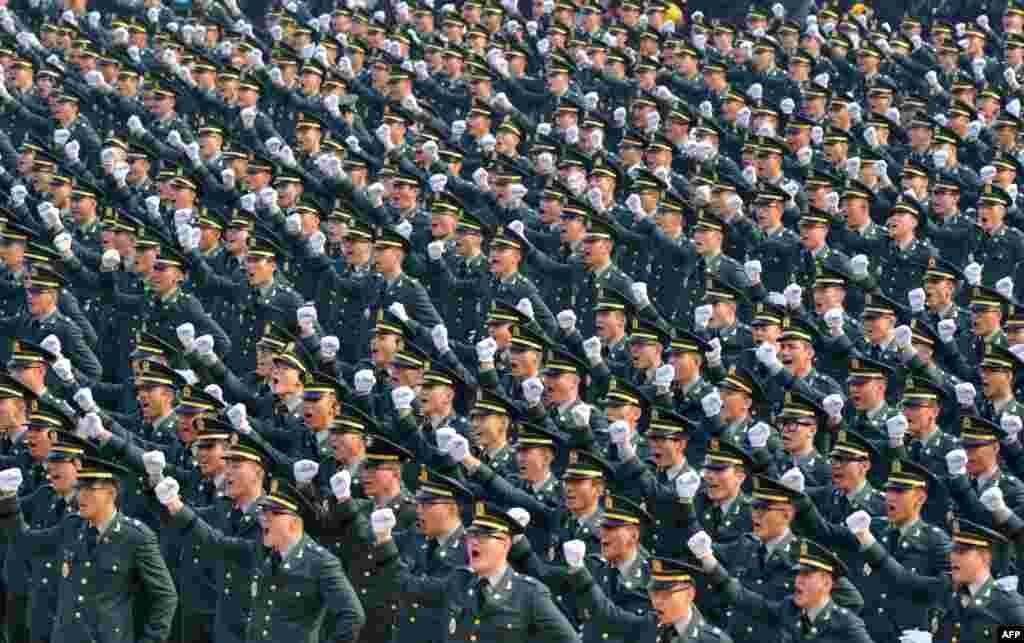 在韩国鸡龙军事指挥部为5780名陆海空与海军陆战队新军官举行的联合授衔仪式上,新军官们呼喊口号。