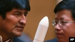 中国国家航天局副局长吴艳华(右)