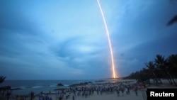 人们在海南岛的文昌航天发射场观看长征五号遥二火箭发射升空(2017年7月2日)
