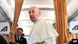 Le pape François discute avec des reporters à bord de son avion en plein vol vers la Suède, 31 octobre 2016.