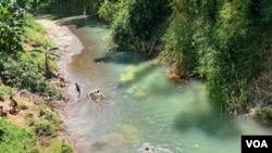 Sejumlah anak mandi di salah satu sungai di Kebumen, Jawa Tengah. (foto: VOA/Nurhadi)