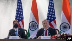 Secretário de Estado americano Mike Pompeo (dir) e Secretário da Defesa Mark Esper em conferência de imprensa en Nova Deli (27 Outubro 2020)