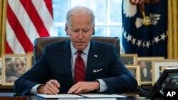 پرزیدنت جو بایدن در کاخ سفید فرمان های اجرایی را امضا می کند. ۲۸ ژانویه ۲۰۲۱