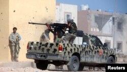 Pasukan keamanan Libya dalam pertempuran dengan militan ISIS di Sirte tahun lalu (foto: ilustrasi).