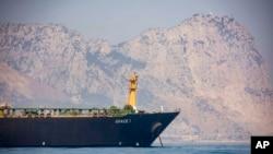 Le pétrolier Grace 1 avec en arrière-plan par le rocher de Gibraltar, le 15 août 2019.