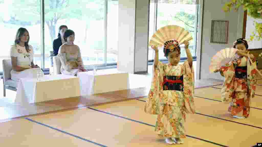 ملانیا ترمپ، بانوی اول ایالات متحده، همراه با همسر صدراعظم جاپان در قصر آکاساکا در شهر توکیو رقص سنتی جاپان را تماشا می کنند