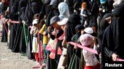 Watu wa Yemen wanasuburi kwa chakula wakati wa Ramadan.
