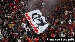 포르투갈 축구 영웅 에우제비우 다 실바 페헤이라의 팬들이 6일 리즈본에서 그의 사망을 애도하는 행사를 벌였다.