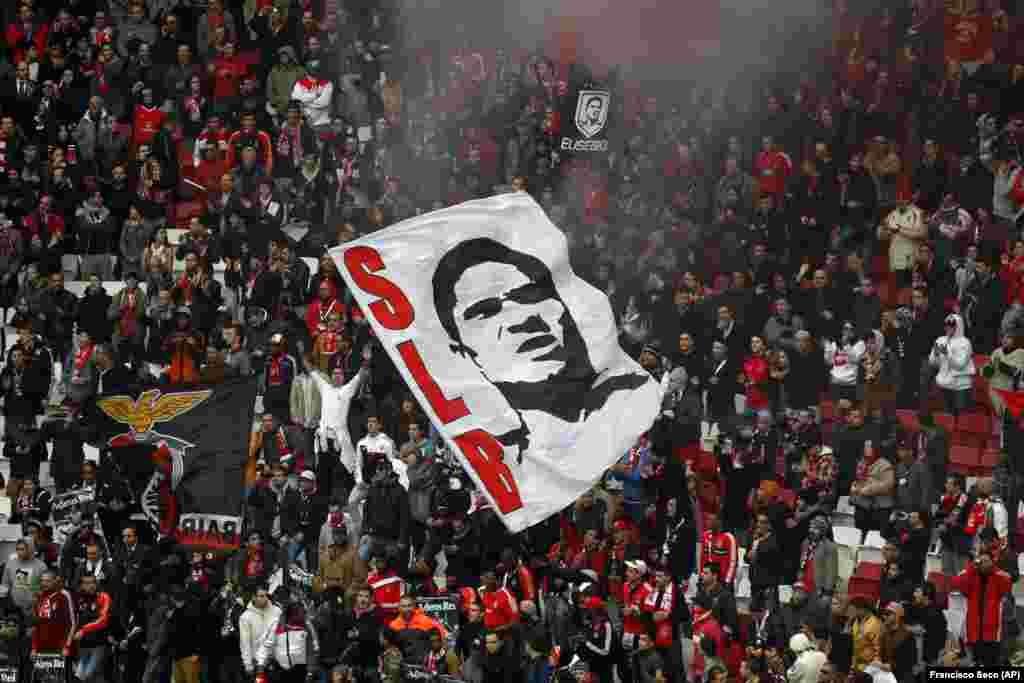 Milhares de pessoas estiveram no tributo a Eusébio no Estádio da Luz, em Lisboa, antes da antiga estrela do Benfica, clube em que sempre jogou, ir a enterrar, a 6 de Janeiro. Eusébio morreu no dia 5, de ataque cardíaco, tinha 71 anos. Lisboa, 2014 (AP Photo/Francisco Seco)