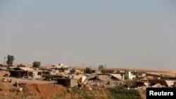 Pemandangan rumah-rumah yang rusak dekat bendungan Mosul di Irak utara 21 Agustus 2014. Pasukan Irak dan Kurdi merebut kembali bendungan terbesar Irak itu dan beberapa wilayah lainnya dari militan Islam dengan bantuan serangan udara AS.