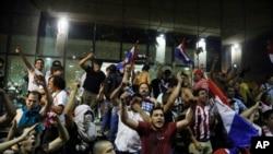 Para pengunjuk rasa meneriakkan slogan-slogan menentang amandemen konstitusi yang memungkinkan seorang presiden untuk menjabat yang kedua kalinya di luar gedung kongres, di Ascunsion, Paraguay, hari Jum'at, 31 Maret 2017 (foto: AP Photo/Jorge Saenz)