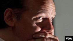 La policía británica arrestó a Assange quien se entregó a las autoridades cuando era buscado por Interpol.