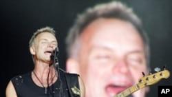 공연하는 '더 폴리스(The Police)'의 보컬 스팅(Sting)