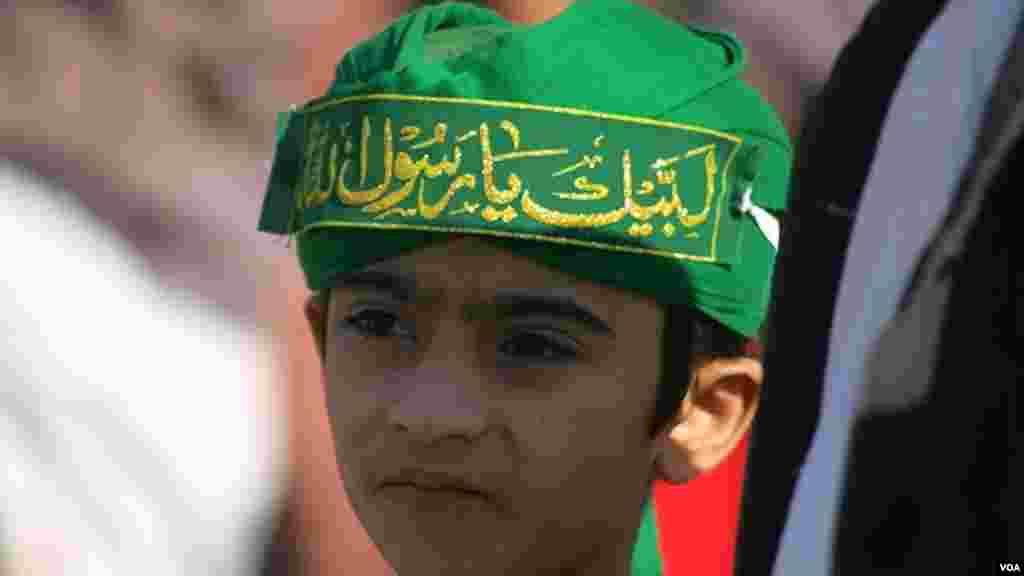 عید میلاد النبی کی ایک ریلی میں شریک بچہ۔