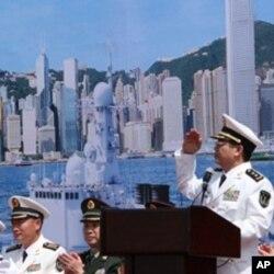 王兆海(站立者)稱香港得益於海軍護航行動。