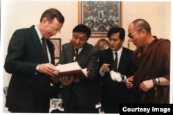"""1991年4月16日乔治·H·W·布什总统在白宫私人住所以""""私人身份""""会晤流亡西藏精神领袖、1989年诺贝尔和平奖得主达赖喇嘛。"""