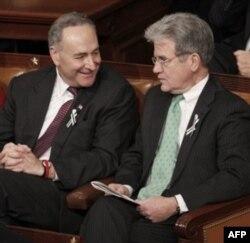 Obamani Kongressning demokrat va respublikachi a'zolari yonma-yon o'tirib tingladi. Suratda chapdan demokrat senator Charls Shumer va respublikachi senator Tom Koburn.