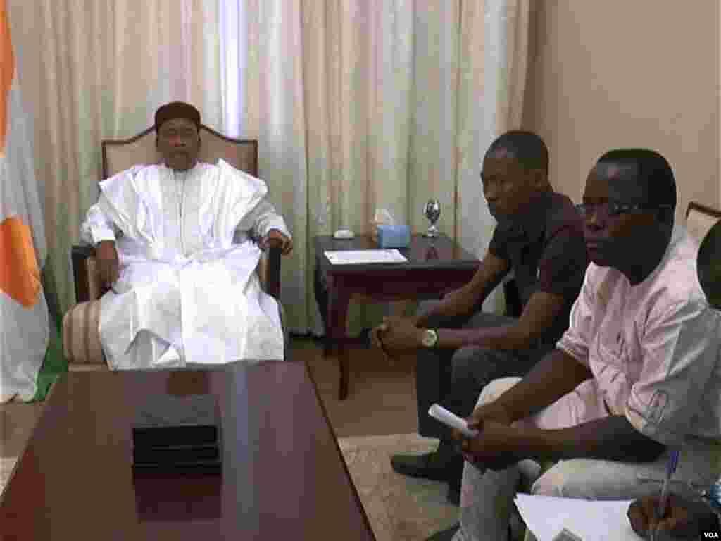 Shugaba Issoufou Muhamadou yana ganawa da wasu dalibai