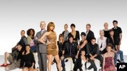 ພວກເຂົ້າແຂ່ງຂັນໃນ Project Runway Season 8 ທີ່ຮວມທັງ Andy South ຫລືແອນດີ ສຸທິພົງ(ຊຸດດໍາ, ກາງ, ແຖວຫລັງ) ພ້ອມກັບກໍາມະການສອງທ່ານ ທີ່ຮວມທັງນາງແບບຊຶ່ດັງ Heidi Klum (ຢືນ, ທາງໜ້າ)