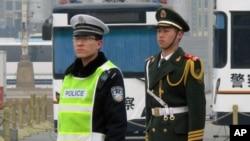 天安門廣場上值勤的警察和士兵