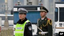 北京两会期间在天安门广场上值勤的警察和士兵