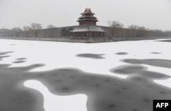 故宫角楼、围墙和紫禁城护城河。故宫又名紫禁城,是中国帝制时代的皇宫。