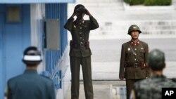 На границе между Северной и Южной Кореями у деревни Панмунджон (архивное фото)