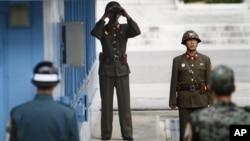 판문점 남측 지역을 바라보는 북한 병사. (자료사진)