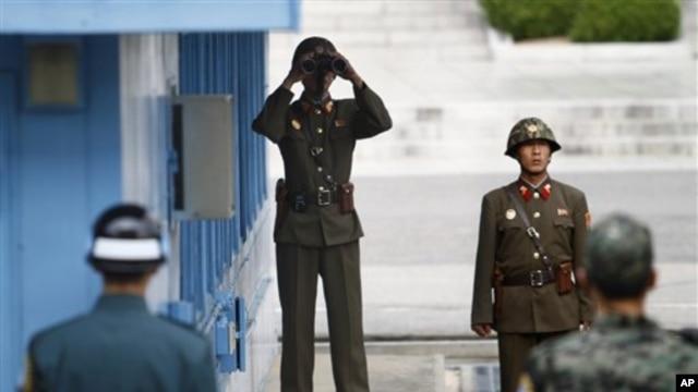 지난 9일 판문점 남측 지역을 바라보는 북한 병사. (자료 사진)