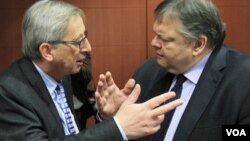 Ketua Menteri Keuangan zona Euro, Jean-Claude Juncker (kiri) dan Menkeu Yunani Evangelos Venizelos di Brussels (9/2).