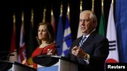 美國國務卿蒂勒森(右)在溫哥華會議上講話 (2018年1月16日)