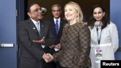 La secretaria de Estado, Hillary Clinton da la mano al presidente de Pakistan, Asif Ali Zardari, antes de una reunión bilateral en la Cumbre de la NATO, en Chicago.