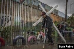 Migrantes deportados de EE.UU. son vulnerables al coronavirus según analistas mexicanos.