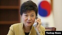 박근혜 한국 대통령이 지난 3월 청와대 집무실에서 시진핑 중국 공산당 총서기 겸 국가주석과 통화하고 있다. 청와대 제공.