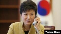 박근혜 한국 대통령이 지난 3월 청와대 집무실에서 시진핑 중국 공산당 총서기 겸 국가주석과 전화통화하고 있다. 청와대 제공.