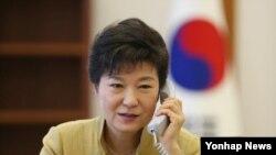 박근혜 한국 대통령이 20일 청와대 집무실에서 시진핑 중국 공산당 총서기 겸 국가주석과 전화통화하고 있다. 청와대 제공.