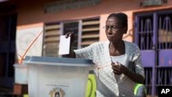 우간다 캄팔라 지역의 한 투표장에서 대통령 선거가 실시된 2월18일 시민이 투표를 하고 있다.