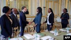 Le président français Emmanuel Macron a rencontré les représentants français de l'association Ibuka pour la mémoire du génocide rwandais, deux jours avant le 25e anniversaire du génocide de 1994, au Palais présidentiel de l'Elysée à Paris le 5 avril 2019.