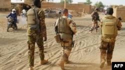 Des soldats de l'armée malienne patrouillent avec des soldats de la force française Barkhane à Ménaka, dans la région de Liptako, le 21 mars 2019.
