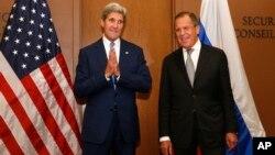 Durante una reunión presidida por su homólogo ruso Serguei Lavrov, derecha, el secretario Kerry dijo que el Estado Islámico (EI) no podrá ser vencido si el presidente Bashar al Asad permanece en el poder.