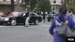 習近平車隊在白宮門外遭中國訪民攔截。(視頻截圖)