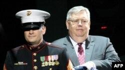 Посол Джон Теффт принимает в дар флаг посольства Соединенных Штатов