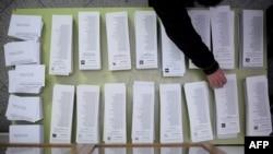 11月25日一名巴塞隆纳男子在地区投票前取选票