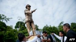 Aung San Statue